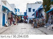 Центральные улицы сине-белого города Сиди-Бу-Саид (Sidi Bou Said) с сувенирными лавками. Тунис, Африка (2012 год). Редакционное фото, фотограф Кекяляйнен Андрей / Фотобанк Лори