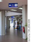 Купить «Указатели к выходам на посадку в аэропорту Монастир, Тунис», фото № 30294039, снято 8 мая 2012 г. (c) Кекяляйнен Андрей / Фотобанк Лори
