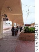 Купить «Пассажиры в ожидании поезда на перроне железнодорожной станция в Монастире. Направление в город Тунис. Тунис, Африка», фото № 30294151, снято 7 мая 2012 г. (c) Кекяляйнен Андрей / Фотобанк Лори