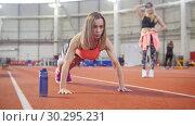Купить «Athletic woman in sports clothes doing push ups. A bottle with water near her», видеоролик № 30295231, снято 21 марта 2019 г. (c) Константин Шишкин / Фотобанк Лори