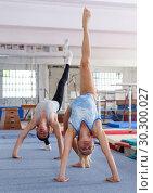 Купить «Fitness couple doing exercises in gym», фото № 30300027, снято 18 июля 2018 г. (c) Яков Филимонов / Фотобанк Лори