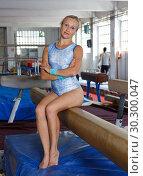 Купить «Mature woman acrobat in bodysuit exercising at broad bars in gym», фото № 30300047, снято 18 июля 2018 г. (c) Яков Филимонов / Фотобанк Лори