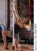 Купить «Young woman in denim shorts practicing pole dancing», фото № 30300067, снято 22 апреля 2019 г. (c) Яков Филимонов / Фотобанк Лори