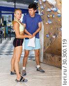 Купить «couple of climbers on joint workout training», фото № 30300119, снято 16 июля 2018 г. (c) Яков Филимонов / Фотобанк Лори