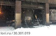 Купить «Шлак стекает в шлаковозные чугунные или стальные чаши, металлургический завод», видеоролик № 30301019, снято 11 марта 2019 г. (c) Кекяляйнен Андрей / Фотобанк Лори
