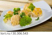 Купить «Fish balls with white sauce, broccoli, greens», фото № 30306543, снято 23 марта 2019 г. (c) Яков Филимонов / Фотобанк Лори