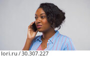 Купить «happy african american woman calling on smartphone», видеоролик № 30307227, снято 10 марта 2019 г. (c) Syda Productions / Фотобанк Лори