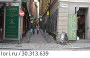 Купить «Туристы на узеньких улочках старого города. Стокгольм, Швеция», видеоролик № 30313639, снято 9 марта 2019 г. (c) Виктор Карасев / Фотобанк Лори