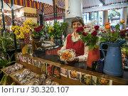 Купить «Sales woman with flowers at the market hall Mercado dos Lavradores, Funchal, Madeira, Portugal, Europe.», фото № 30320107, снято 15 февраля 2019 г. (c) age Fotostock / Фотобанк Лори