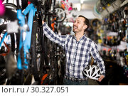 Man selects bicycle in sporting goods store. Стоковое фото, фотограф Яков Филимонов / Фотобанк Лори
