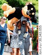 Купить «Mo Farah out and about in Legoland resort Windsor with his family earlier today Featuring: Mo Farah, Hussein Farah Where: Windsor, United Kingdom When: 01 Sep 2017 Credit: WENN.com», фото № 30343055, снято 1 сентября 2017 г. (c) age Fotostock / Фотобанк Лори