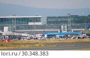 Купить «Boeing 787 towing from service», видеоролик № 30348383, снято 17 июля 2017 г. (c) Игорь Жоров / Фотобанк Лори