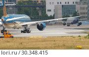 Купить «Boeing 787 towing from service», видеоролик № 30348415, снято 17 июля 2017 г. (c) Игорь Жоров / Фотобанк Лори