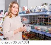 Купить «female picking variety candies», фото № 30367331, снято 11 апреля 2018 г. (c) Яков Филимонов / Фотобанк Лори