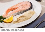 Купить «Seared salmon and hummus», фото № 30367651, снято 14 декабря 2019 г. (c) Яков Филимонов / Фотобанк Лори