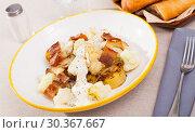 Купить «Baked potatoes with cauliflower, bacon, cheese sauce», фото № 30367667, снято 25 марта 2019 г. (c) Яков Филимонов / Фотобанк Лори