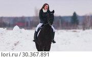 Купить «A young woman with long hair and red lipstick riding a horse in a village», видеоролик № 30367891, снято 23 июля 2019 г. (c) Константин Шишкин / Фотобанк Лори