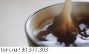Tea bag is brewed in a mug. Стоковое видео, видеограф Константин Колосов / Фотобанк Лори