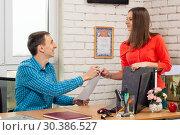 Директор подписал заявление на отпуск работнику. Стоковое фото, фотограф Иванов Алексей / Фотобанк Лори