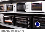 Купить «Image of assortment of a kitchen microwave at household appliances store», фото № 30389471, снято 1 марта 2018 г. (c) Яков Филимонов / Фотобанк Лори