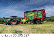 Making silage crop in the Yorkshire Dales with a Strautmann Forage Wagon being pulled by a Fendt tractor. Стоковое фото, фотограф Farm Images \ UIG / age Fotostock / Фотобанк Лори