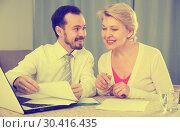 Woman and manager discuss contract. Стоковое фото, фотограф Яков Филимонов / Фотобанк Лори