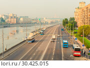 Купить «Moscow cityscape - view of the river and the road in the early morning», фото № 30425015, снято 26 июля 2016 г. (c) Константин Лабунский / Фотобанк Лори