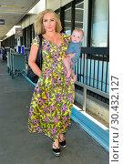 Nikki Lund with her baby son Hendrix at Los Angeles International... (2017 год). Редакционное фото, фотограф WENN.com / age Fotostock / Фотобанк Лори