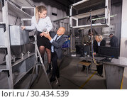 Купить «Businesspeople solving conundrums in quest room lab», фото № 30434539, снято 29 января 2019 г. (c) Яков Филимонов / Фотобанк Лори