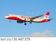 Самолет Airbus A321-200 (VP-BVO) авиакомпании Red Wings крупным планом на фоне голубого неба (2018 год). Редакционное фото, фотограф Виктор Карасев / Фотобанк Лори