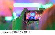 Hands silhouette recording video of live music concert with smartphone. Стоковое видео, видеограф Aleksey Popov / Фотобанк Лори