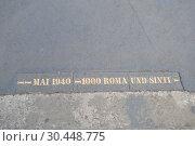 "Купить «Тропа памяти ""Май 1940-1000 Рома и Синти"", надпись на тротуаре возле моста Гогенцоллерна. Город Кёльн, Германия», фото № 30448775, снято 2 августа 2018 г. (c) александр афанасьев / Фотобанк Лори"