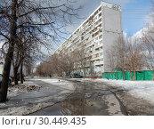 Купить «Двенадцатиэтажный восьмиподъездный панельный жилой дом серии П-46. Построен в 1978 году. Улица Лескова, 23. Район Бибирево. Город Москва», эксклюзивное фото № 30449435, снято 12 марта 2019 г. (c) lana1501 / Фотобанк Лори