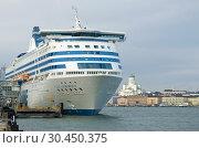"""Купить «Морской круизный паром """"Silja Symphony"""" крупным планом в гавани Хельсинки облачным мартовским днем. Финляндия», фото № 30450375, снято 8 марта 2019 г. (c) Виктор Карасев / Фотобанк Лори"""