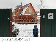 Мальчик у своего дачного дома (2019 год). Редакционное фото, фотограф Дмитрий Неумоин / Фотобанк Лори