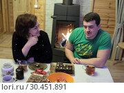 Люди разговаривают за столом (2019 год). Редакционное фото, фотограф Дмитрий Неумоин / Фотобанк Лори