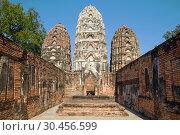 На руинах древнего кхмерского храма Wat Sri Sawai. Исторический парк города Сукхотай, Таиланд (2016 год). Стоковое фото, фотограф Виктор Карасев / Фотобанк Лори