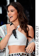 Hailee Steinfeld performing on NBC's 'Today' at Rockefeller Plaza... (2017 год). Редакционное фото, фотограф Patricia Schlein / WENN.com / age Fotostock / Фотобанк Лори