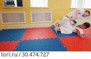 Athletic men training their aikido skills in the studio. Protection technique. Стоковое видео, видеограф Константин Шишкин / Фотобанк Лори