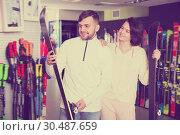 Купить «Portrait of ordinary man and woman buying skis», фото № 30487659, снято 6 февраля 2018 г. (c) Яков Филимонов / Фотобанк Лори