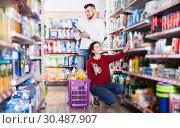 Купить «Couple choose some detergents», фото № 30487907, снято 14 марта 2017 г. (c) Яков Филимонов / Фотобанк Лори