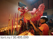 Dragon paying respect in the temple before the procession during Chinese New Year Festival Capgomeh year 2019 15th day of the 1st month at Siniawan, Sarawak, Malaysia. Редакционное фото, фотограф Chua Wee Boo / age Fotostock / Фотобанк Лори