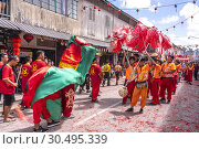 Dragon dance and lion dance during Chinese New Year Festival Capgomeh year 2019 15th day of the 1st month at Siniawan, Sarawak, Malaysia. Редакционное фото, фотограф Chua Wee Boo / age Fotostock / Фотобанк Лори