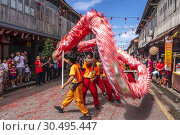Dragon dance during Chinese New Year Festival Capgomeh year 2019 15th day of the 1st month at Siniawan, Sarawak, Malaysia. Редакционное фото, фотограф Chua Wee Boo / age Fotostock / Фотобанк Лори