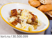 Купить «Baked potatoes with cauliflower, bacon, cheese sauce», фото № 30500099, снято 19 апреля 2019 г. (c) Яков Филимонов / Фотобанк Лори
