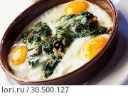 Купить «Fried eggs with spinach, raisins, ham», фото № 30500127, снято 22 апреля 2019 г. (c) Яков Филимонов / Фотобанк Лори