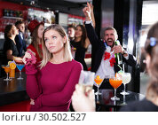 Купить «Girl upset with drunk boyfriend on Hawaiian party in bar», фото № 30502527, снято 29 ноября 2017 г. (c) Яков Филимонов / Фотобанк Лори