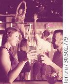 Купить «woman and male clubbing with cocktail», фото № 30502779, снято 28 августа 2017 г. (c) Яков Филимонов / Фотобанк Лори