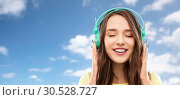 Купить «happy young woman or teenage girl with headphones», фото № 30528727, снято 29 января 2019 г. (c) Syda Productions / Фотобанк Лори
