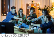 Купить «friends with drinks and pizza watching tv at home», фото № 30528767, снято 22 декабря 2018 г. (c) Syda Productions / Фотобанк Лори